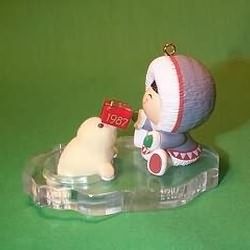 1987 Frosty Friends #8 - Seal With Gift - MNT Hallmark Ornament